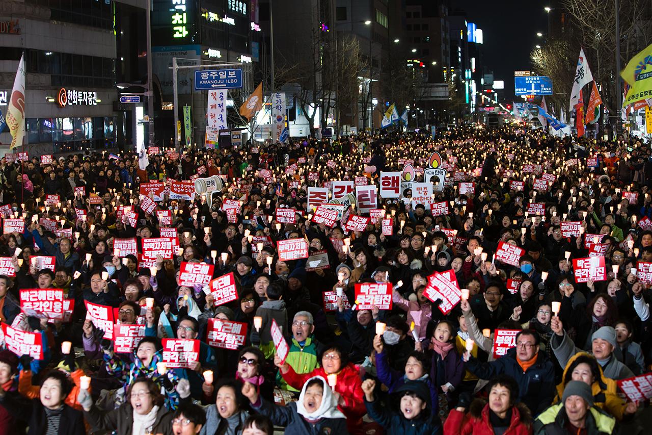 박근혜 대통령의 탄핵에 대한 헌재의 결정을 앞두고 있는 3월의 첫 촛불집회가 4일(토) 광주 동구 금남로에서는 3만 명의 시민들이 모인 가운데 열렸다.