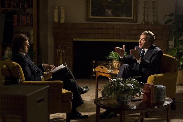 <프로스트 vs 닉슨>은 MC 데이비드 프로스트와 정치인 리처드 닉슨의 불꽃 튀는 공방을 그린 영화이다.