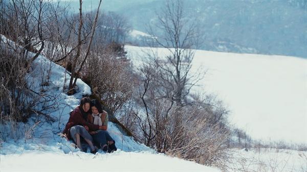 일본군 위안부 문제를 다룬 영화 <눈길>은 두 소녀가 당한 아픔과 치욕을 과거와 현재를 오가며 비추는 영화다.