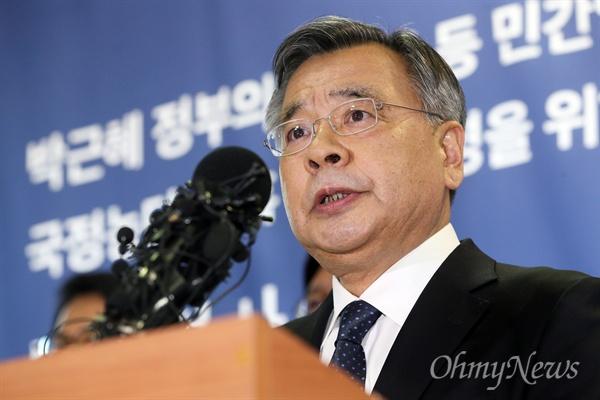 박영수 특별검사가 6일 오후 서울 강남구 대치동 특검사무실에서 '수사결과 대국민 보고'를 하고 있다.