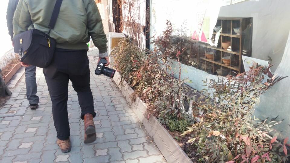 익선동에는 평일 낮에도 카메라를 든 관광객들로 붐빈다. 주민들은 사생활 침해를 호소하고 있다.