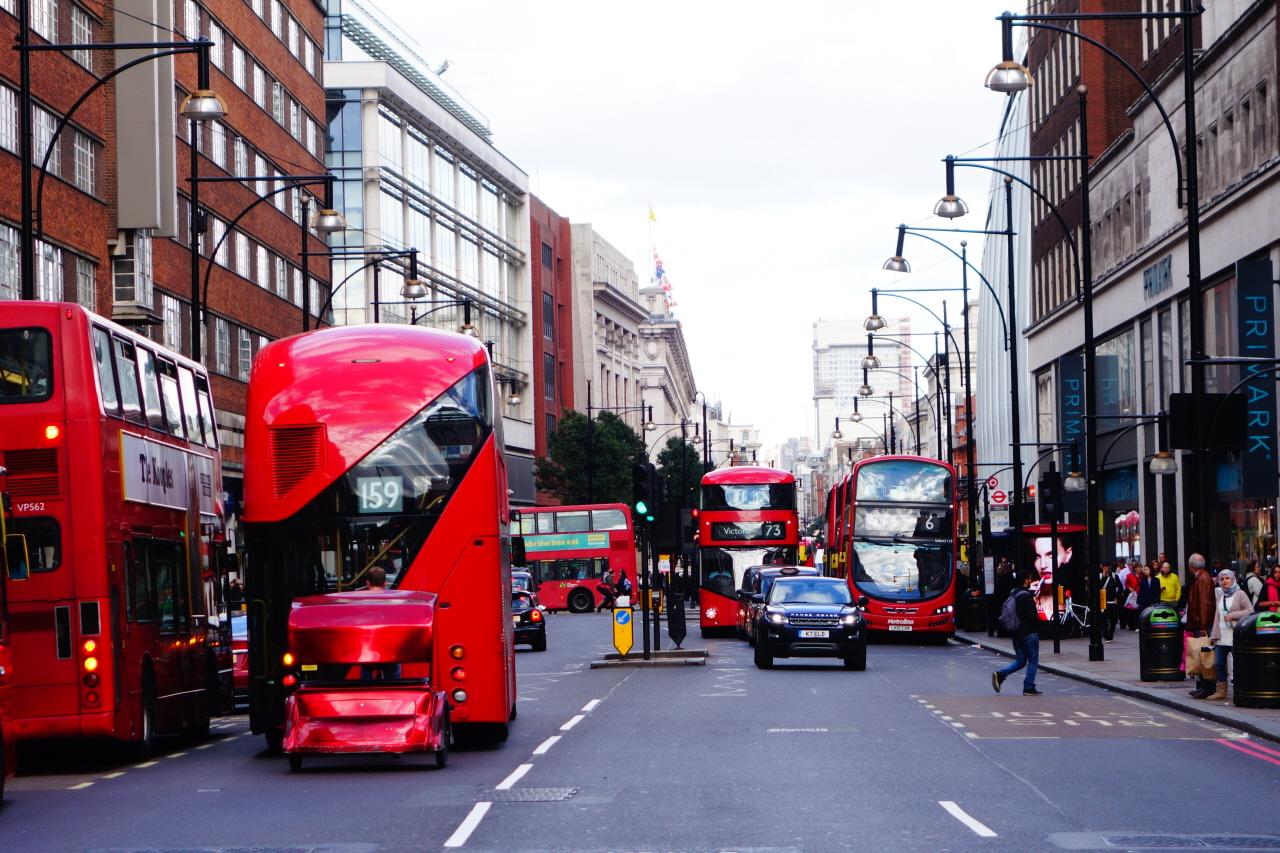 런던의 이층 버스.