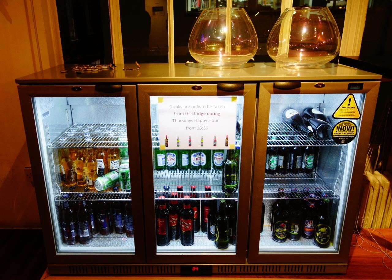 맥주는 목요일 '해피 아워'에만 마실 수 있다.