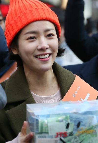 오늘의 모금왕 탤런트 한지민이 지난 2015년 12월 19일 오후 서울 중구 명동 KEB하나은행 앞 특별무대에서 열린 JTS(UN국제구호단체 조인투게더, 한국 JTS) 모금 캠페인에 참석해 명동거리를 걸으며 모금을 독려하고 있다.