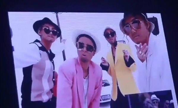지난 3일, 서울 송파구 올림픽공원 올림픽홀에서 연 단독 콘서트 <커튼콜>에 등장한 영상. 1분 정도의 짧은 이 영상은, 콘서트 현장의 팬이 촬영하여 SNS에 올리면서 논란이 일었다.