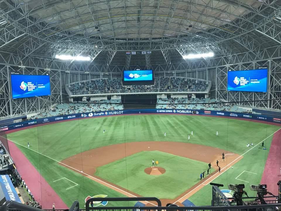 경기전 경기장을 점검하고있는 고척돔 한국과 네덜란드의 경기전 경기장을 점검하고 있는 고척돔구장