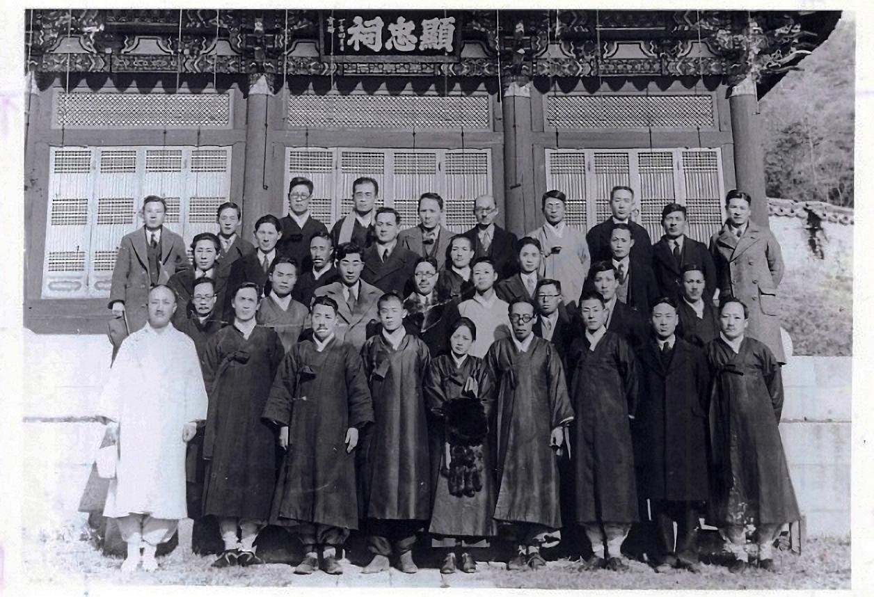 1935년 조선어학회 위원들 사진. 앞 줄 맨 왼쪽이 정세권 선생.