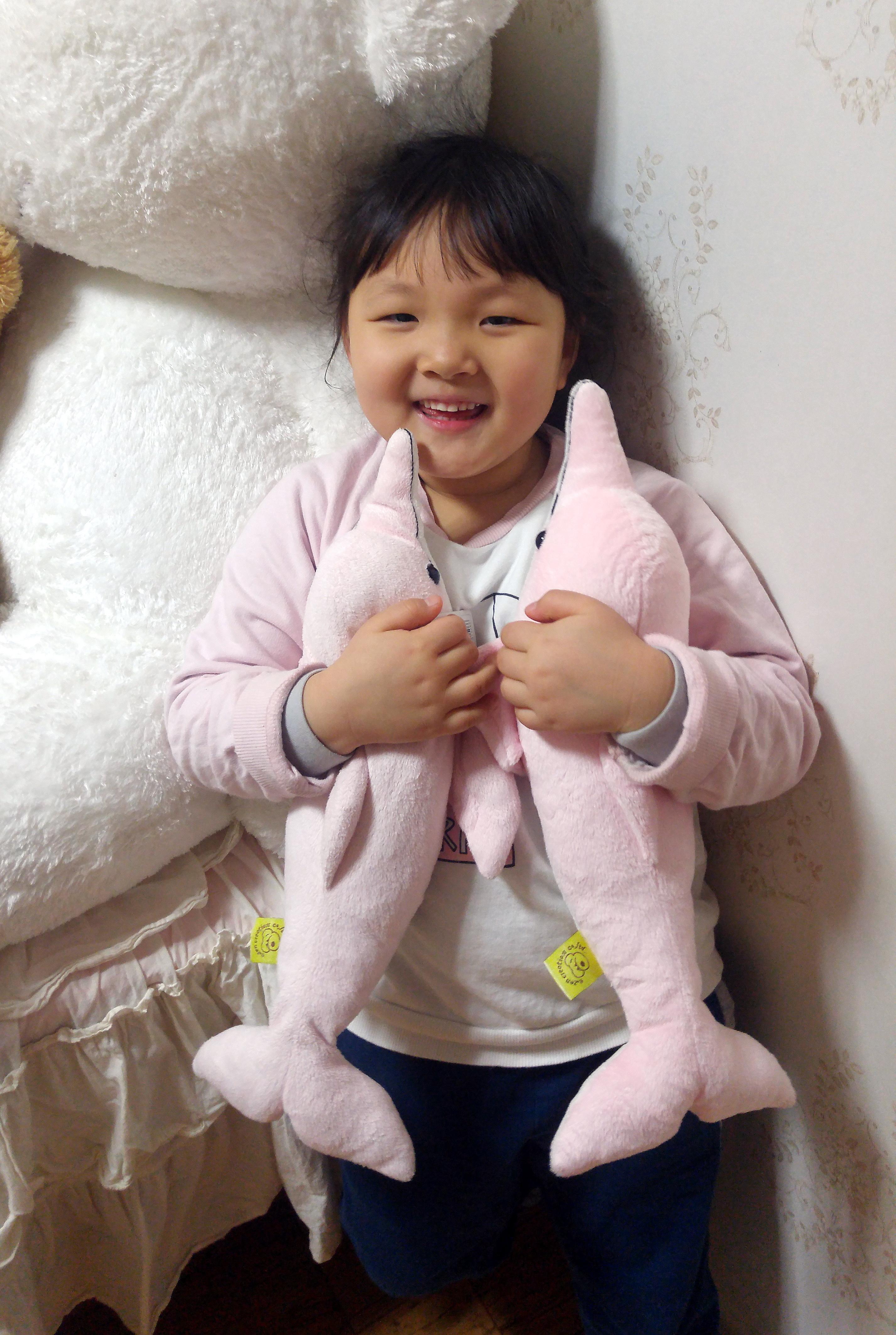 두개의 돌고래 인형이 생겼다며 너무 행복해 하는 7살 딸아이.