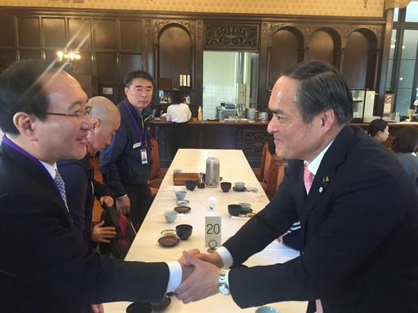 일본을 방문하고 있는 정의당 노회찬 국회의원은 9일 사민당 요시다 다다토모 당수를 만나 창원 한국산연 해고 문제 해결과 관련해 논의했다.