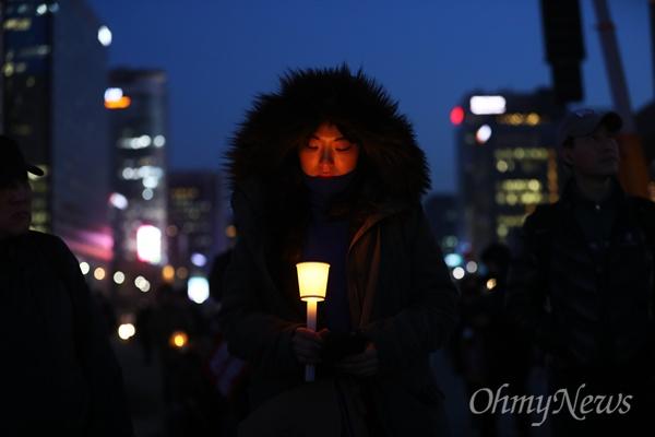 탄핵심판 선고 전야인 9일 오후 서울 공화문 광장에서 헌법재판소의 박근혜 대통령 탄해 인용을 촉구하는 촛불 집회에 참가한 시민들이 헌재를 향해 행진하고 있다.