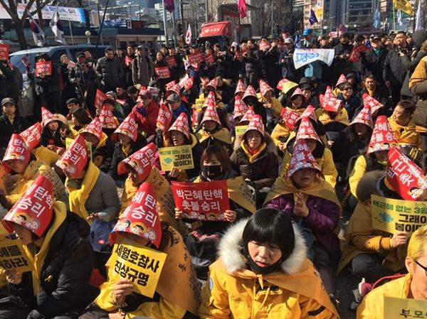 3월 10일 오전 11시 헌재의 박근혜 대통령 탄핵 선고를 앞두고 있는 가운데, 세월호 유가족들이 종로경찰서 앞에 모여 있다.