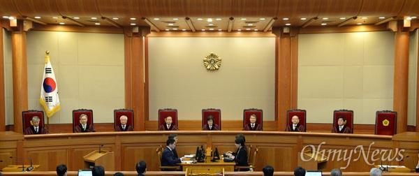 10일 오전 서울시 종로구 재동 헌법재판소 대심판정에서 박근헤대통령탄핵심판 선고가 이정미헌재소장 권한대행 주재로 열리고 있다.