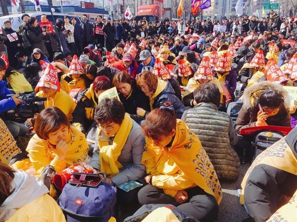 헌재의 박근혜 대통령 탄핵 선고 과정을 지켜보고 있는 세월호 유가족들