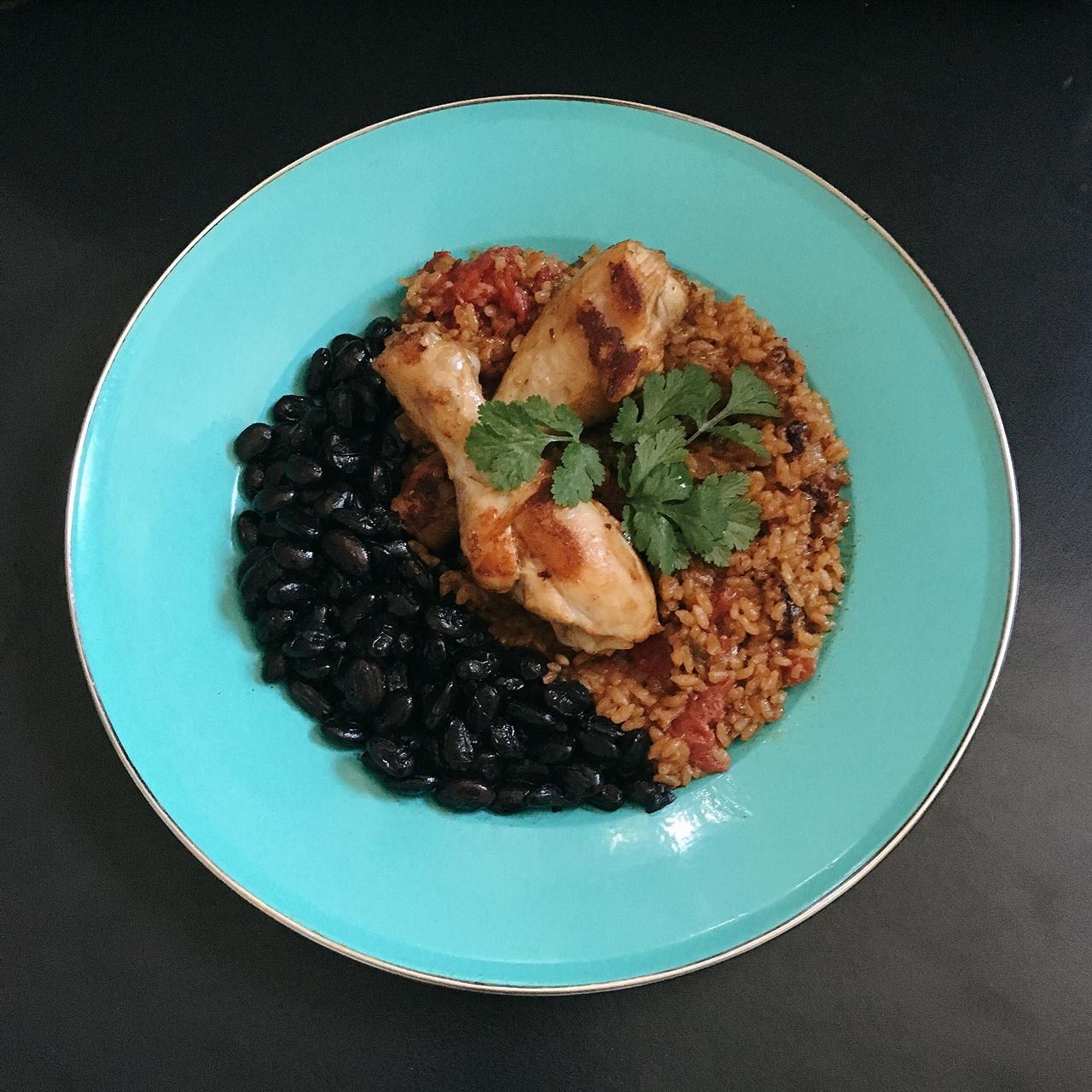 아로스 꼰 뽀요와 쿠바식 검은콩 요리