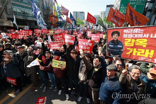 """""""촛불이 승리했다!"""" 10일 오전 헌법재판소가 박근혜 대통령 탄핵을 '만장일치'로 인용한 가운데, 안국역 부근에서 탄핵선고를 지켜보던 시민들이 환호하며 기뻐하고 있다."""