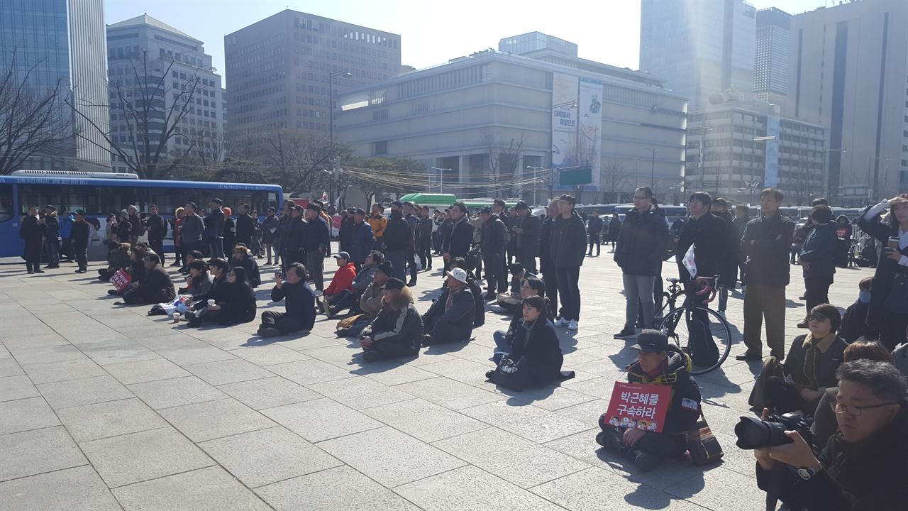 광화문 전광판을 통해 탄핵 절차를 시청하는 국민들 많은 사람들이 이른 아침부터 역사적 순간을 함께하기 위한 길에 함께했다.
