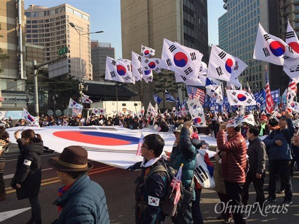 11일 오후 서울 중구 덕수궁 대한문 앞에서 박사모 등 친박단체가 모인 '대통령 탄핵 기각을 위한 국민총궐기 운동본부'(탄기국) 주최로 '제1차 국민저항운동 태극기 집회'가 열린 뒤 참가자들이 행진을 하고 있다.