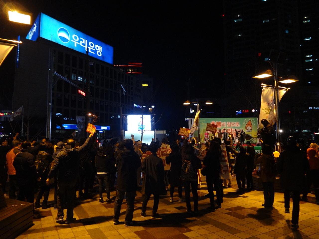 3월 25일에 예정된 다음 집회참여를 약속하며 시민들이 `만세!'를 외치고 있다.