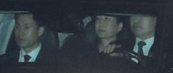박근혜 전 대통령이 헌법재판소의 파면 선고가 내려진 뒤 이틀이 지난 12일 청와대를 떠나고 있다.