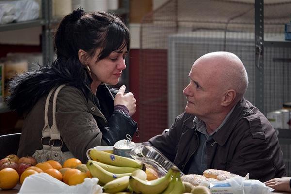 케이티는 '푸드 뱅크'에서 낙담한 채 울고 있다. 그런 케이티에게 다가온 다니엘은 괜찮다며 위로 해준다.