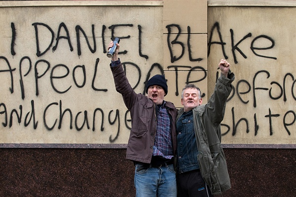 복지센터를 박차고 나온 다니엘은 건물 벽에 검정색 스트레이로 글을 쓴다. 짧은 순간이지만 다니엘은 '작은 영웅'이 되어 사람들의 박수를 받는다.