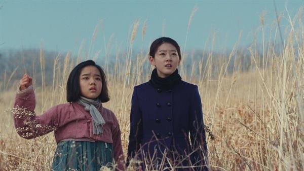 영화 <눈길>의 한 장면. 한 마을에 사는 영애(김새론)와 종분(김향기)은 집안 형편이 달라 그리 친하지 않다. 하지만 영애의 집안이 아버지의 독립운동에 가담한 사실 때문에 풍비박산이 나자, 다를 것이 없는 처지가 된다.