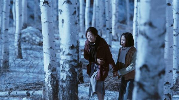 영화 <눈길>의 한 장면. 일본군이 주둔지를 옮기는 혼란 속에서 빠져 나온 종분과 영애 앞에 펼쳐진 것은 끝없는 '눈길' 뿐이다.