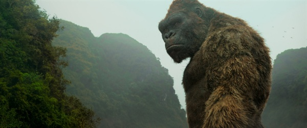 <콩: 스컬 아일랜드>의 한 장면. 기존의 킹콩 영화들과 차별화된 거대 고릴라 '콩'의 캐릭터 디자인과 표정은 인간적인 매력이 있다.