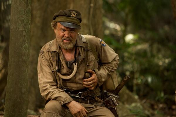 <콩: 스컬 아일랜드>의 한 장면. 2차대전 때 해골섬에 불시착했지만 원주민들의 도움으로 살아 남은 미군 조종사 말로우(존 C. 라일리)는 탐험대 일행과 만나게 된다. 이 영화의 평면적인 인간 캐릭터들 중에서 돋보이는 존재다.