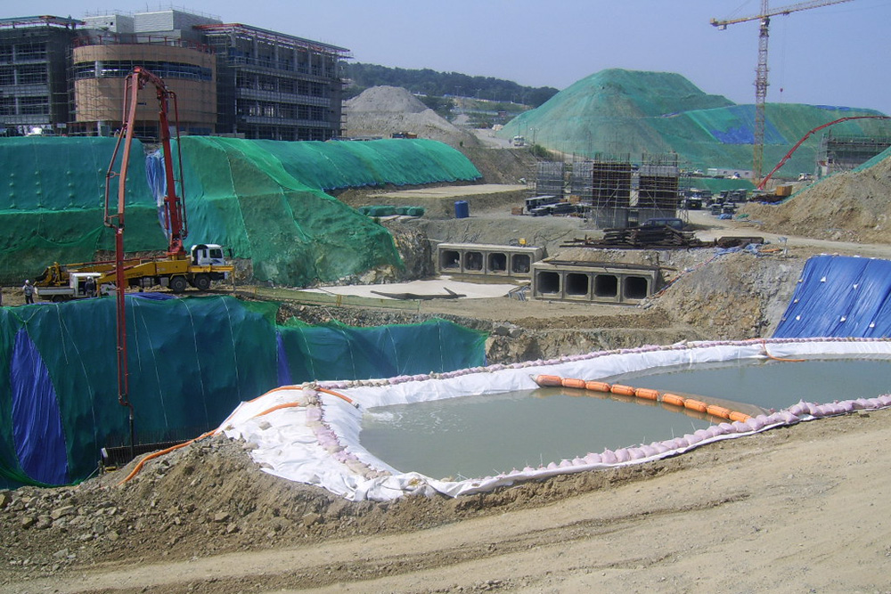 경주방폐장 공사 전경. 쏟아져 나오고 있는 지하수가 보인다.