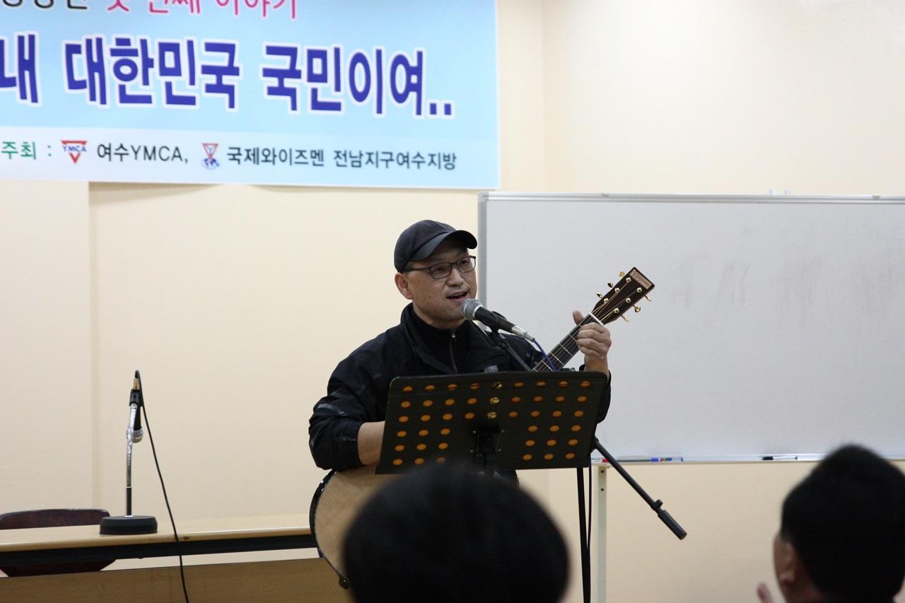 촛불가수 김한주씨 축하공연 모습