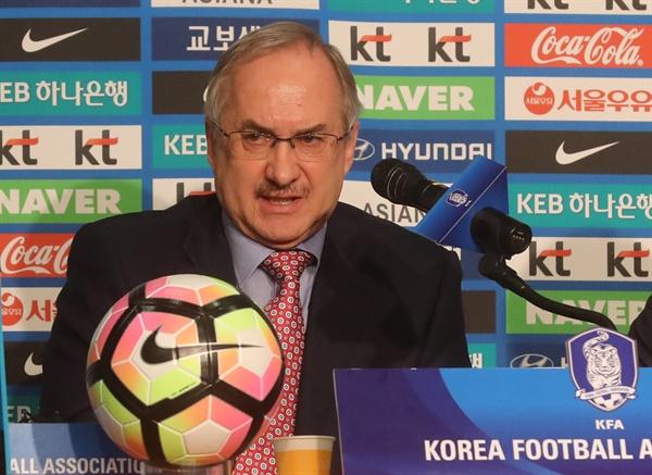 지난 13일 오전 을지로 KEB하나은행 본점에서 한국 축구대표팀 슈틸리케 감독이 월드컵 대표팀 명단발표 후 질문에 답하고 있다.
