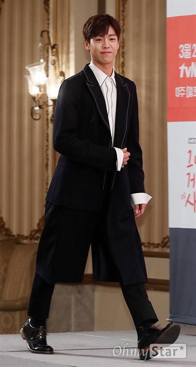 '그녀는 거짓말을 너무 사랑해' 이현우, 어린왕자 느낌 배우 이현우가 14일 오후 서울 논현동의 한 호텔에서 열린 tvN 월화드라마 <그녀는 거짓말을 너무 사랑해> 제작발표회에서 포토타임을 갖고 있다. <그녀는 거짓말을 너무 사랑해>는 동명의 일본만화를 리메이크한 작품으로 정체를 숨긴 천재 작곡가 강한결(이현우 분)과 비타민 보이스 여고생 윤소림(조이 분) 사이에서 벌어지는 첫사랑을 소재로 한 순정소환 청량로맨스다. 20일 월요일 오후 11시 첫 방송.