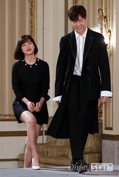 '그녀는 거짓말을 너무 사랑해' 조이-이현우, 닮아가는 두사람 배우 조이(레드벨벳)와 이현우가 14일 오후 서울 논현동의 한 호텔에서 열린 tvN 월화드라마 <그녀는 거짓말을 너무 사랑해> 제작발표회에서 포토타임을 갖고 있다. <그녀는 거짓말을 너무 사랑해>는 동명의 일본만화를 리메이크한 작품으로 정체를 숨긴 천재 작곡가 강한결(이현우 분)과 비타민 보이스 여고생 윤소림(조이 분) 사이에서 벌어지는 첫사랑을 소재로 한 순정소환 청량로맨스다. 20일 월요일 오후 11시 첫 방송.