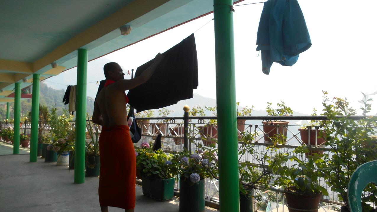 비가 그치자 미얀마 스님이 숙소 베란다에 빨래를 널고 있다.