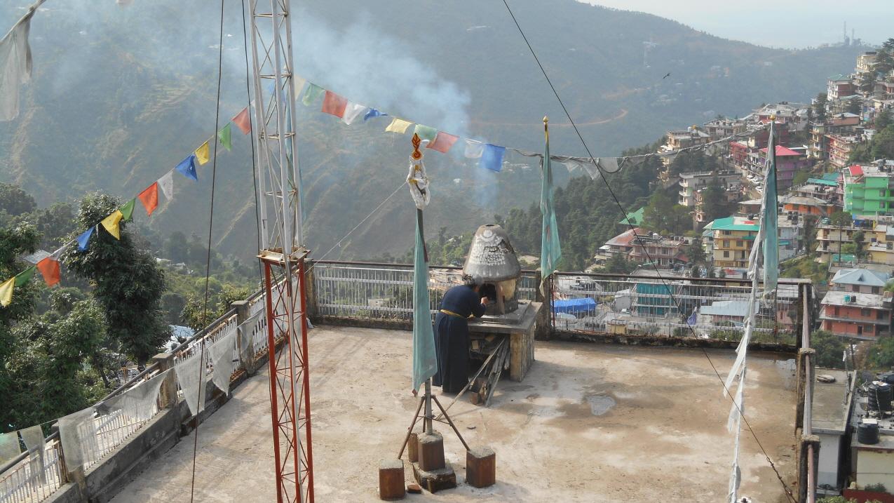 숙소 건너편 건물 옥상에서 향을 피우는 티베트 여성