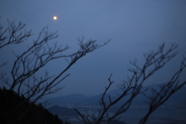 달마산에서 바라본 달. 완도 위로 떴다.