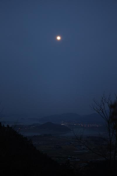 달마산에서 바라본 달. 아래로 흐르는 건 완도와 해남 사이 바다다. 달빛이 푸르다.