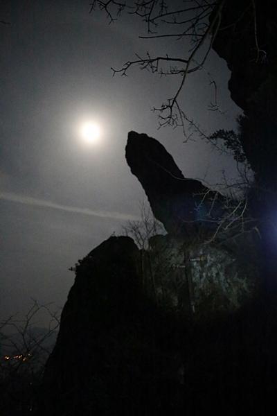 달마산 문바위에 뜬 달. 바위 위로 달빛이 부서진다.
