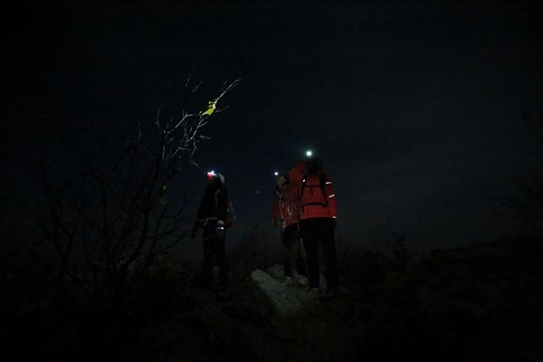 야간산행의 즐거움. 산정에 올라 별을 찾아보는 것도 즐겁다.