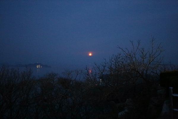 땅끝전망대 월몰. 달이 바다로 내려 앉는다.
