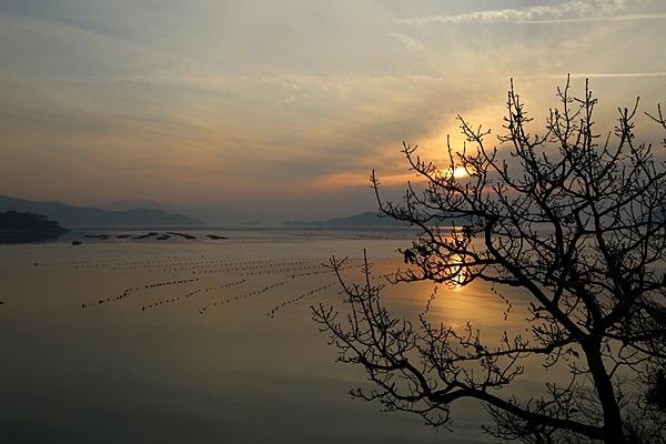 땅끝에서 바라본 바다. 해가 떠오른다.
