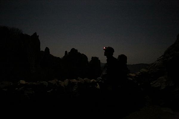어둠에 묻힌 도솔암. 건너편 바위들이 암자를 감싸고 있다. 밤에도 장관이다.