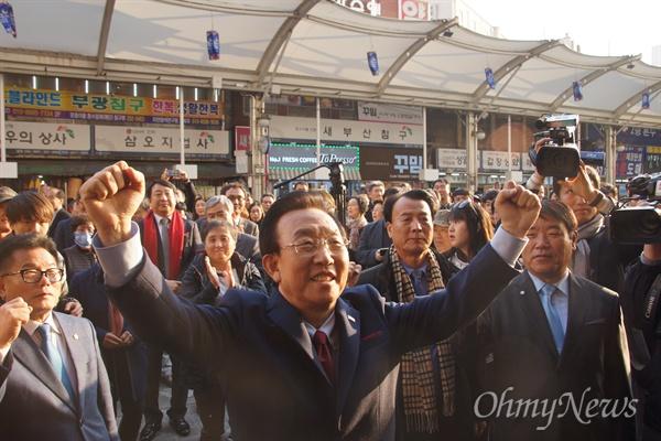 김관용 경상북도지사가 14일 오후 대구 서문시장을 찾아 지지자들 앞에서 두 손을 들어 만세를 하고 있다.