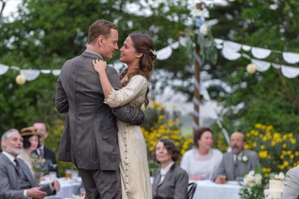 <파도가 지나간 자리>의 한 장면. 1차대전 참전 용사인 톰(마이클 패스벤더)는 외딴 섬의 등대지기로 자원하고, 근처 마을에 사는 이자벨(알리시아 비칸데르)와 결혼하게 된다.