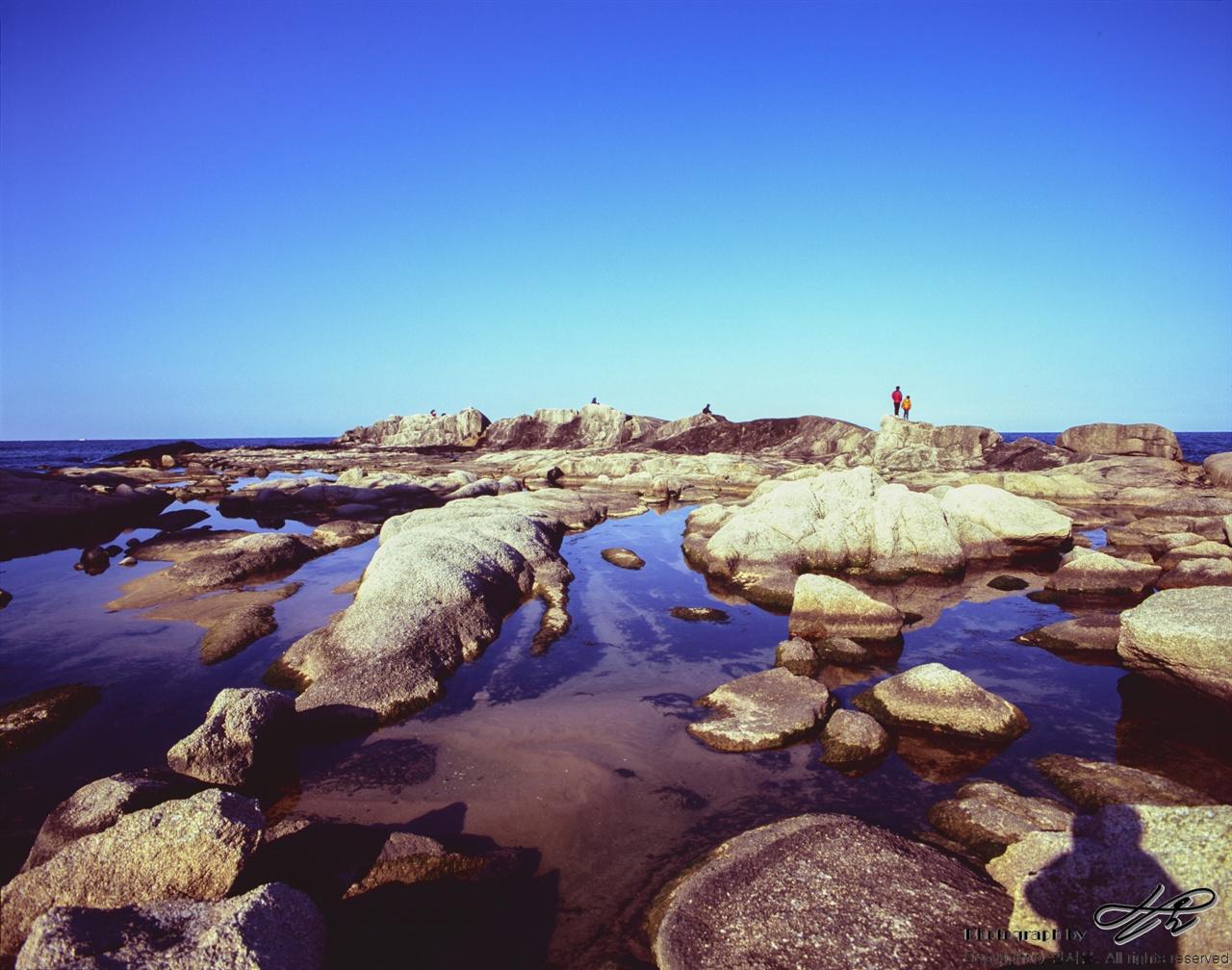 바다와 하늘, 아빠와 아들 망망대해가 보이는 바위 위로 아빠와 아들이 함께 올랐다.