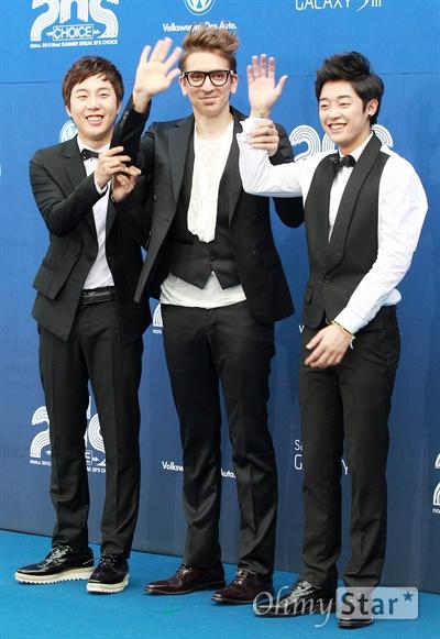 28일 저녁 서울 장충동 반얀트리 스파앤서울에서 열린 2012 Mnet < 20's Choice > 블루카펫에서 버스커버스커가 손을 들어 인사하고 있다.