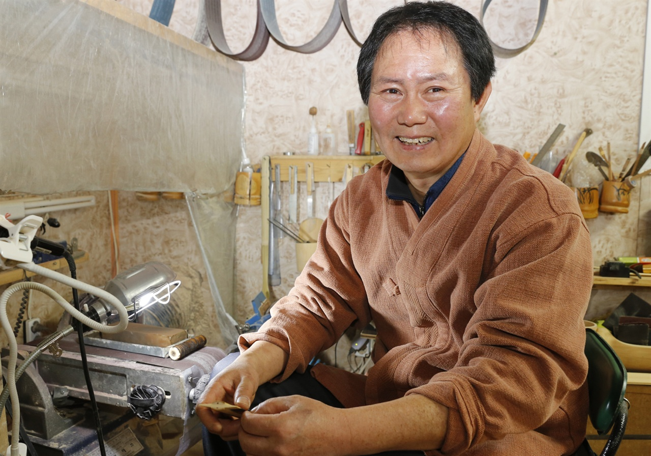 6대째 대를 이어 참빗을 만들고 있는 고광록 씨. 고 씨가 자신의 작업장에서 참빗 만드는 작업을 하다가 웃어보이고 있다.