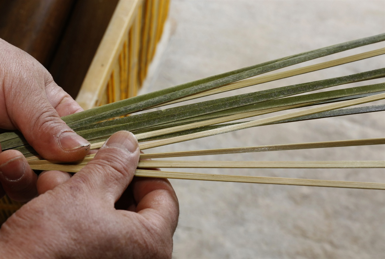 1㎝ 남짓 넓이로 잘게 쪼개진 대나무의 껍질 부분. 참빗은 대나무의 속살이 아닌, 단단한 껍질 부분으로 만든다.