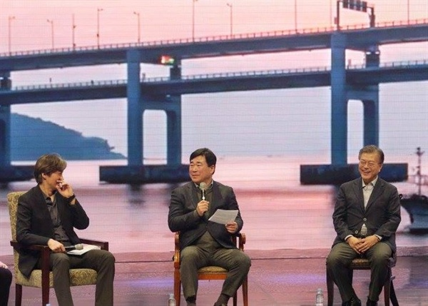 지난 5일 부산에서 열린 문재인 북콘서트에 출연한 정경진 전 부산 부시장(가운데).